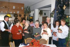 Die Kuchenbäckerinnen vom Kinderfest erhalten zum Jahresschluss kleine Geschenke - 1997